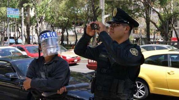 Performance con el Tío en el papel de policía al lado de un policía intruso